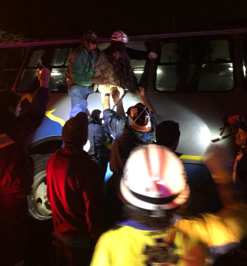 Vuelca camión de pasajeros en Matlalohcan, municipio de Tetla