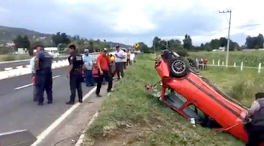 Vuelca automóvil en Tenexyecac; dos menores resultan lesionados