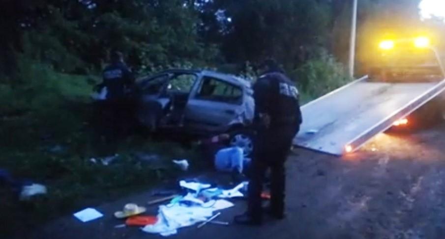 Vuelca vehículo en el Molinito y conductor queda atrapado