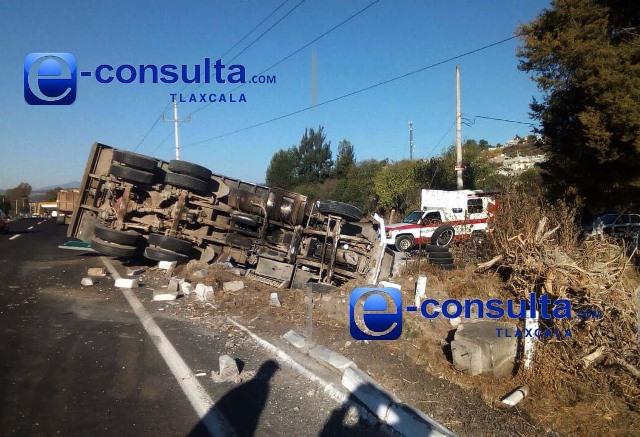 Conductor pierde control y vuelca camión de volteo en Ixtacuixtla