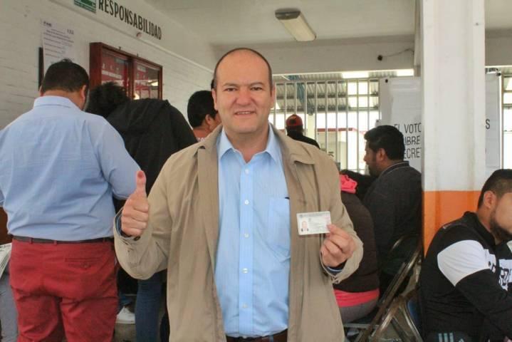 Cumple Juan Corral con la democracia y emite su voto