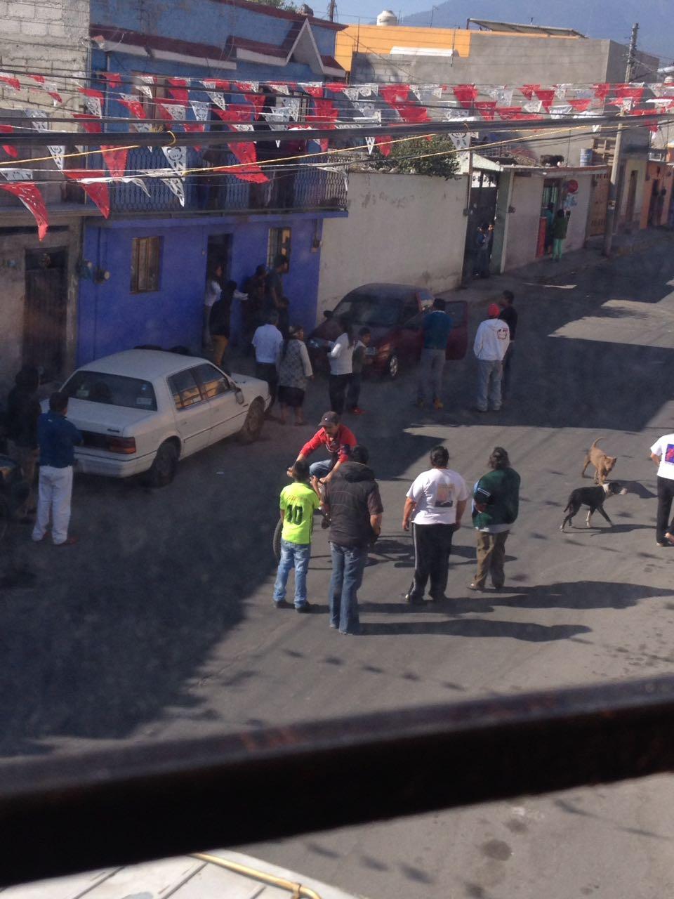 3 autos con parabrisas rotos, saldo de riña en Huamantla