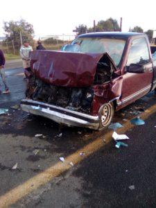 Choque frontal entre colectiva y camioneta deja tres lesionados