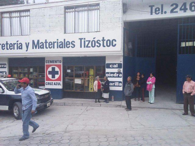 Con disparos para intimidar, atracan tienda de materiales en Tizostoc