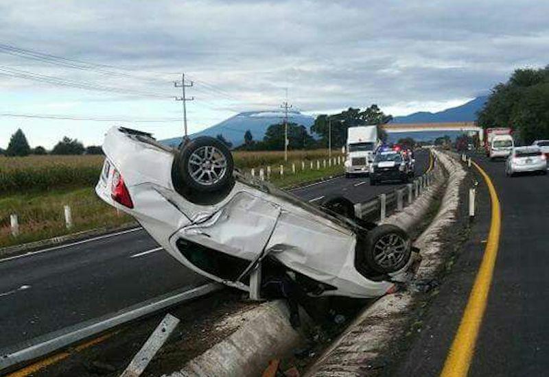 Se voltea mujer en su automóvil sobre autopista Tlaxcala- Texmelucan