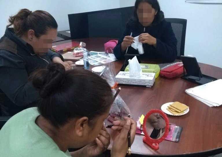 Usuarias del Centro De Justicia Para Mujeres se capacitan en técnicas de maquillaje