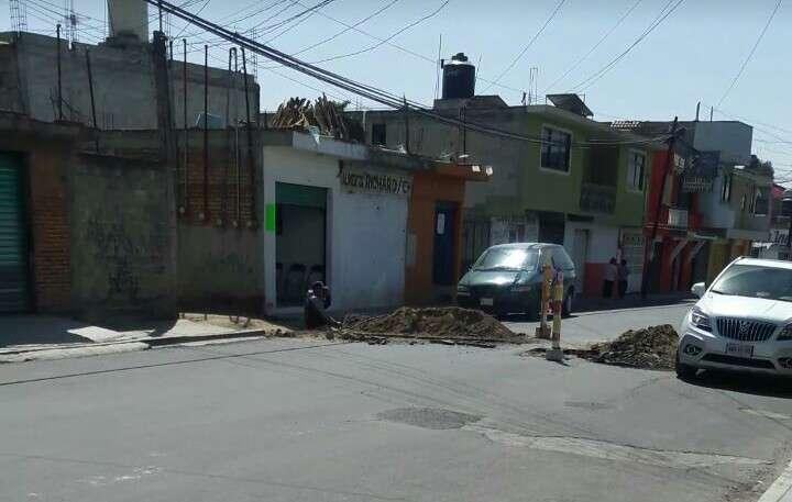 Familiares influyentes abren zanja en el centro de Zacatelco