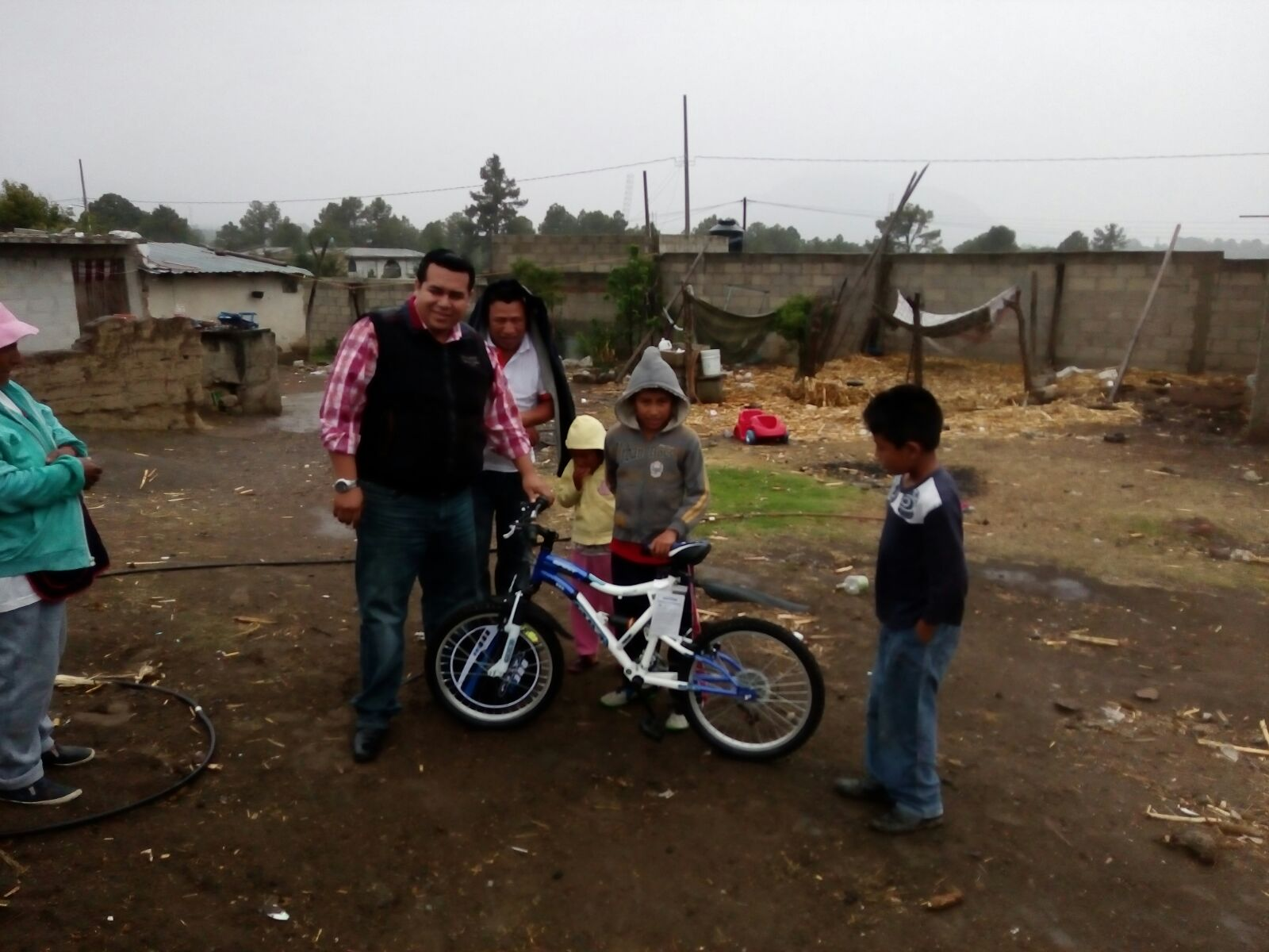 Regala bicicleta alcalde a niño de escasos recursos