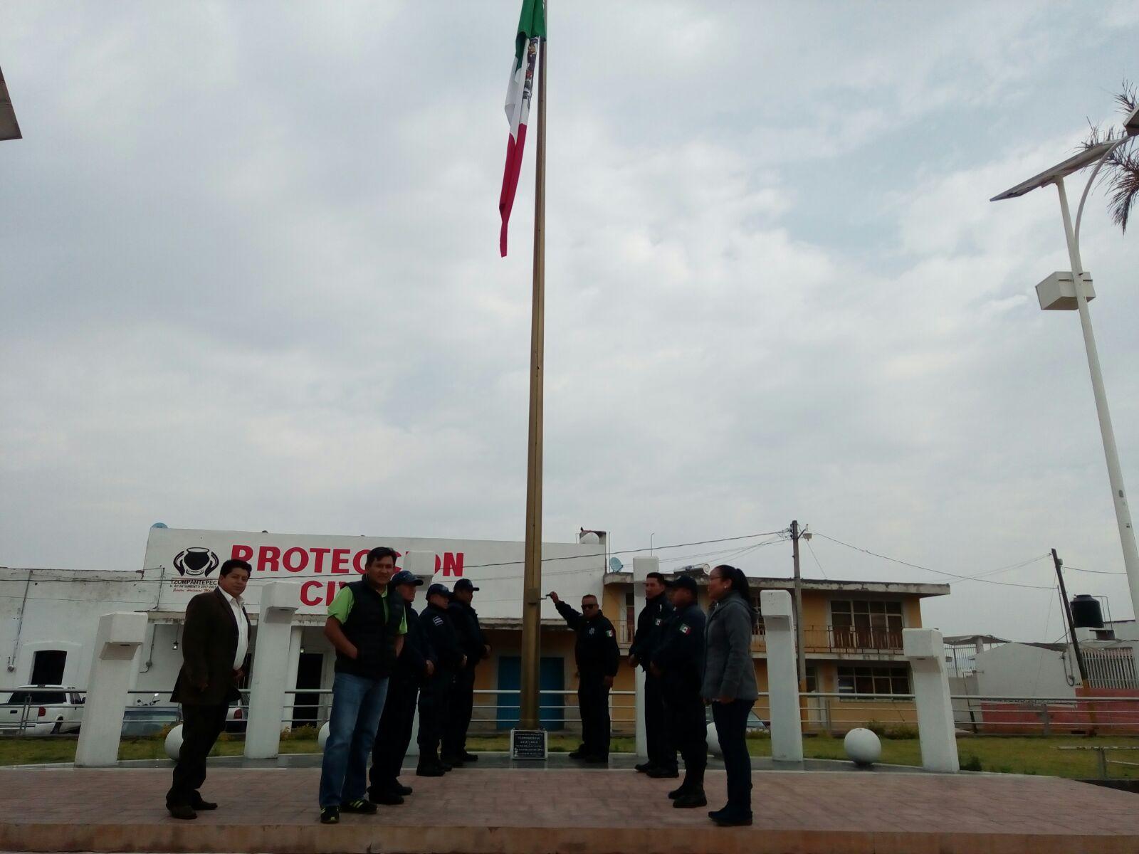 Encabeza Ayuntamiento de Tzompantepec izamiento de bandera