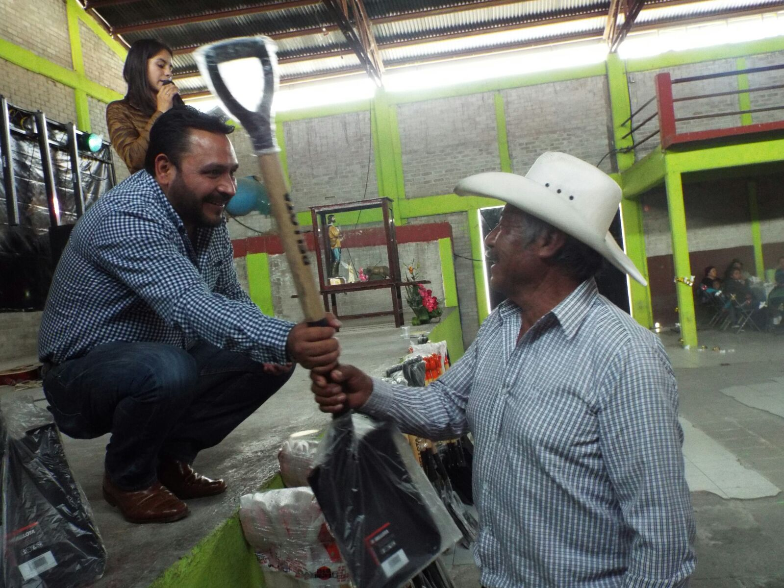 Alcalde se suma a la festividad de San Isidro y entrega herramientas a campesinos