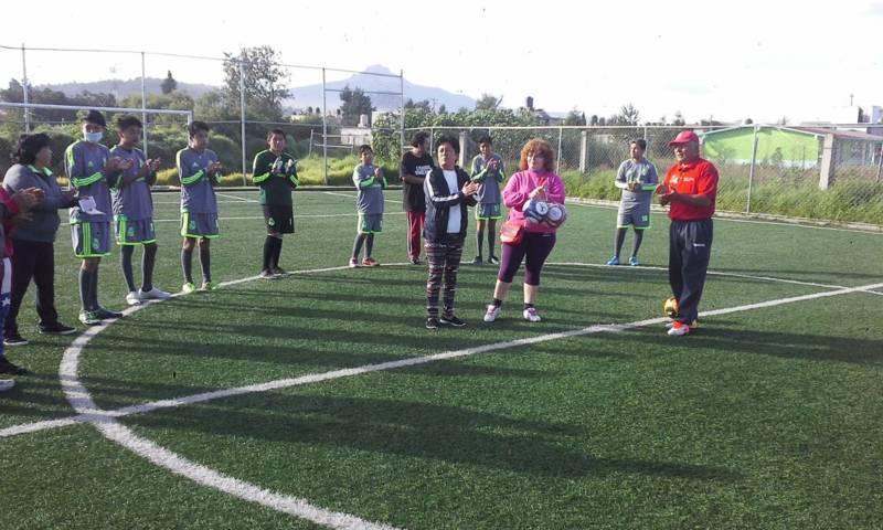Entregan regidoras material deportivo a niños y jóvenes de Villas Doña Marina