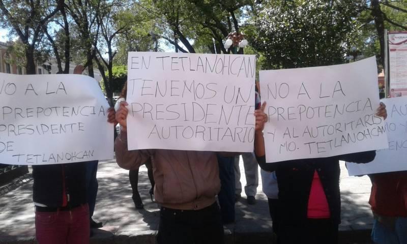Se manifiestan pobladores de Tetlanohcan; exigen obra pública