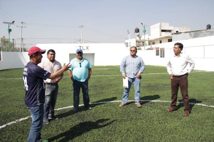 Jesús Herrera gestiona cancha de fútbol rápido en Xolalpa