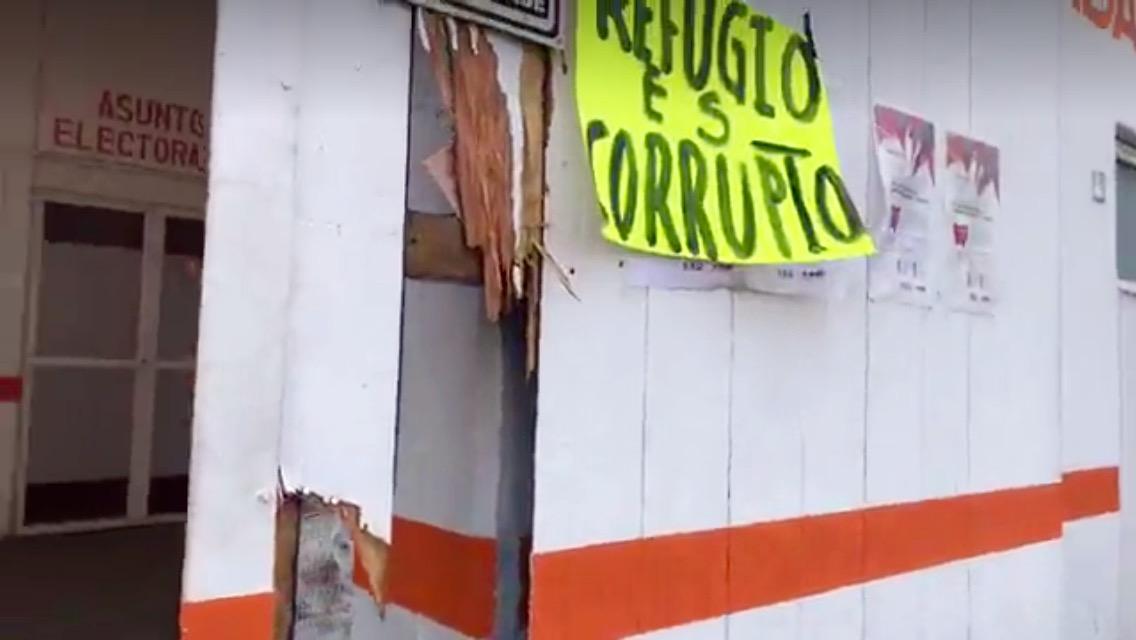 Se manifiestan militantes del distrito XV en instalaciones del partido Movimiento Ciudadano