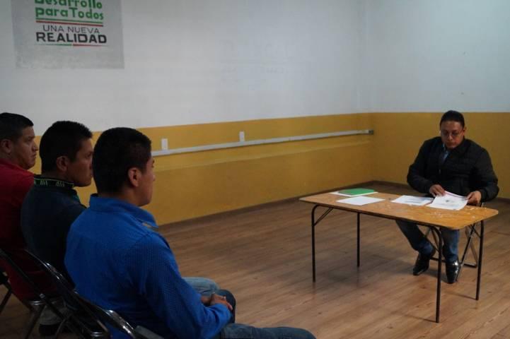 Atiende presidente de Ixtenco a policías municipales inconformes