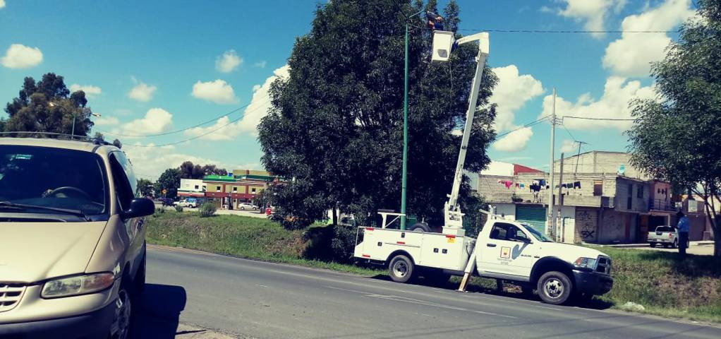 Alcalde cínico de Contla, prefiere arreglar lámparas en Apetatitlán
