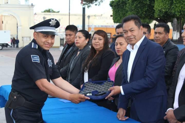 Cano Coyotl entrega uniformes con armamento a policías municipales