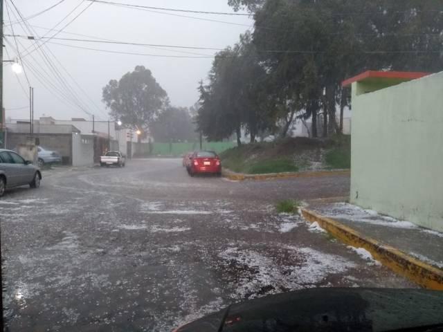 Activan protocolos de auxilio en la capital tras fuerte precipitación pluvial y granizo