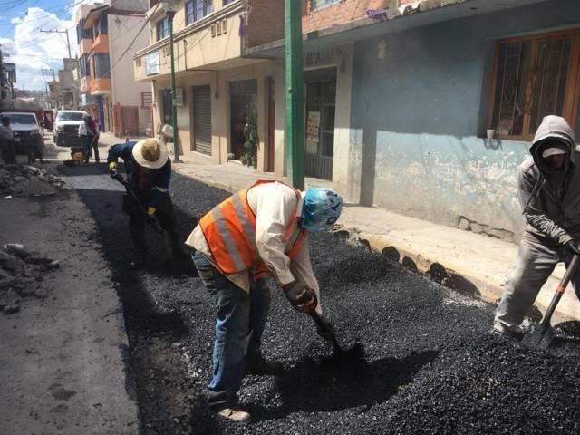 Continúa Héctor Domínguez Rugerio con bacheo en las principales calles saraperas