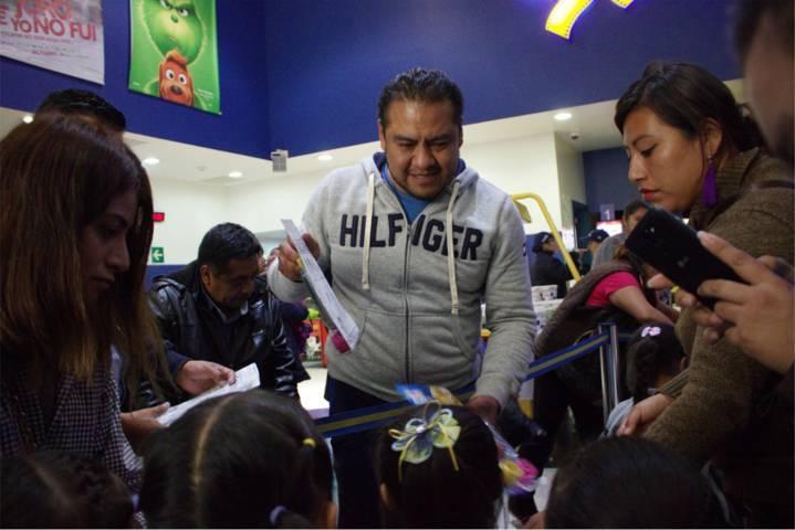 Héctor Domínguez y Cinépolis ofrecen función matutina a los niños y niñas de Cuahuixmatlac
