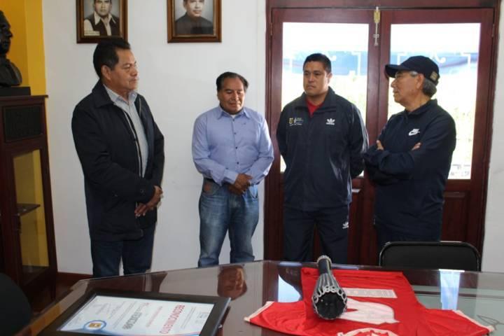 "Alcalde reconoce a Adán González por ser portador del ""Fuego Olímpico en 1968"""