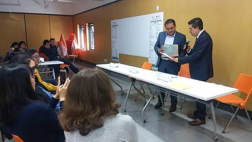 Héctor Dominguez Rugerio recibe proyecto de corredor Bernardo Picazo por la UNAM
