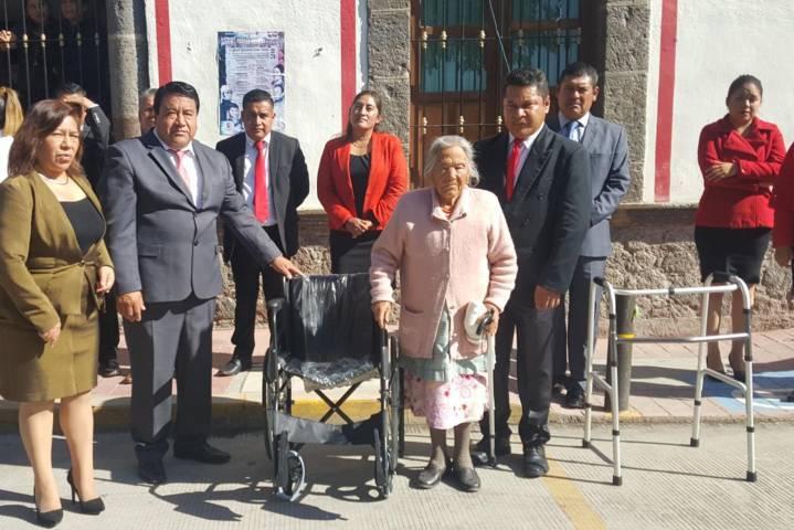 Ayuntamiento y el SMDIF entregan aparatos funcionales sin costo