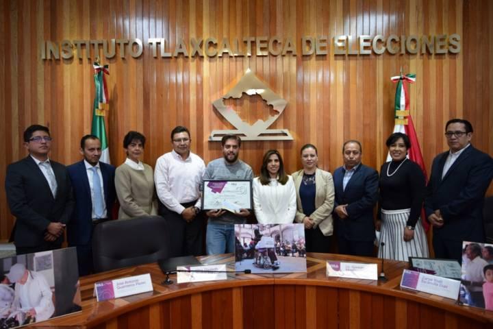 """Entregan ITE y UPET premio de fotografía """"Democracia Y Participación Ciudadana"""" a Abraham Caballero"""