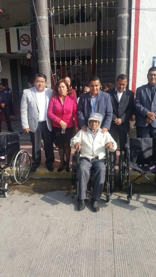 Entrega SMDIF de Tlaltelulco sillas de ruedas y lentes gratis