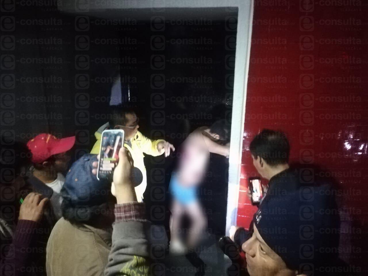 A golpes y semidesnudo, vecinos de Acuitlapilco entregan a 'delincuente' a la PGJE