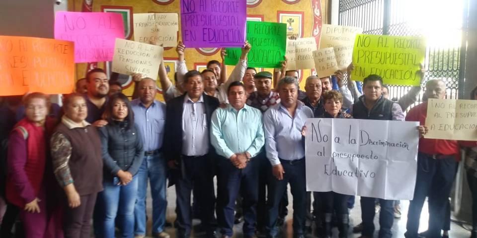 Sesionan diputados en medio de protestas del SNTE