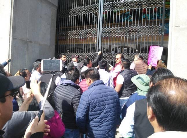 Vuelan candado y entran al Congreso sindicalizados para protestar
