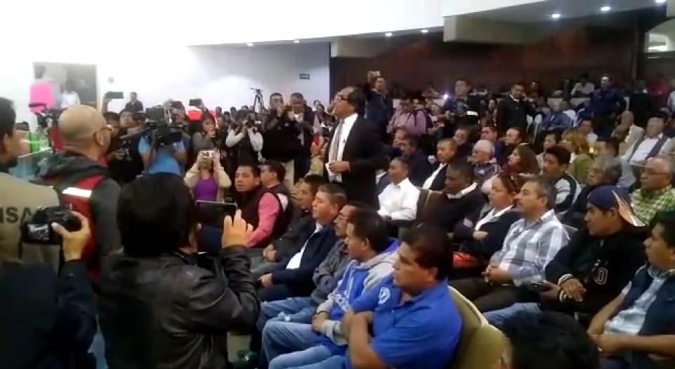 Revientan sesión ordinaria transportistas y pobladores de Tzompantepec