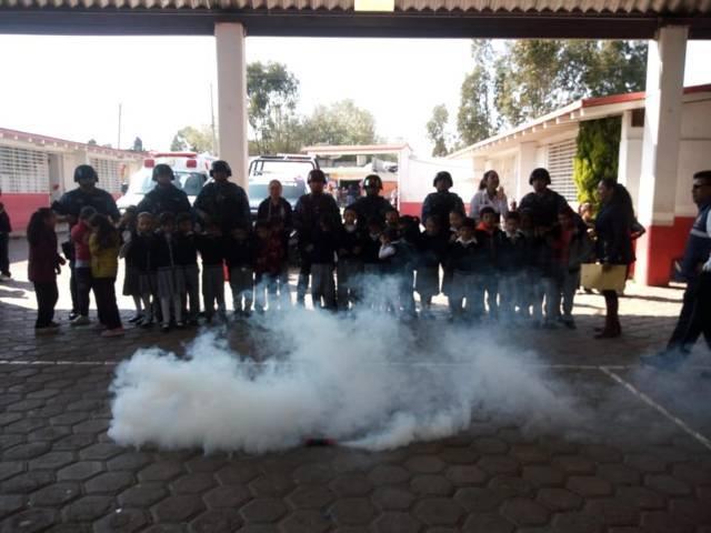 Exhiben demostración policial y de protección en escuela de Apizaco