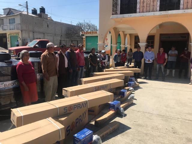 Héctor Domínguez entrega 17 paquetes con tinaco de agua, calentador solar y bomba
