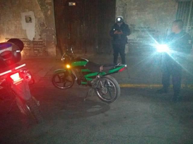 Asegura Policía de Apizaco a sujeto con motocicleta robada