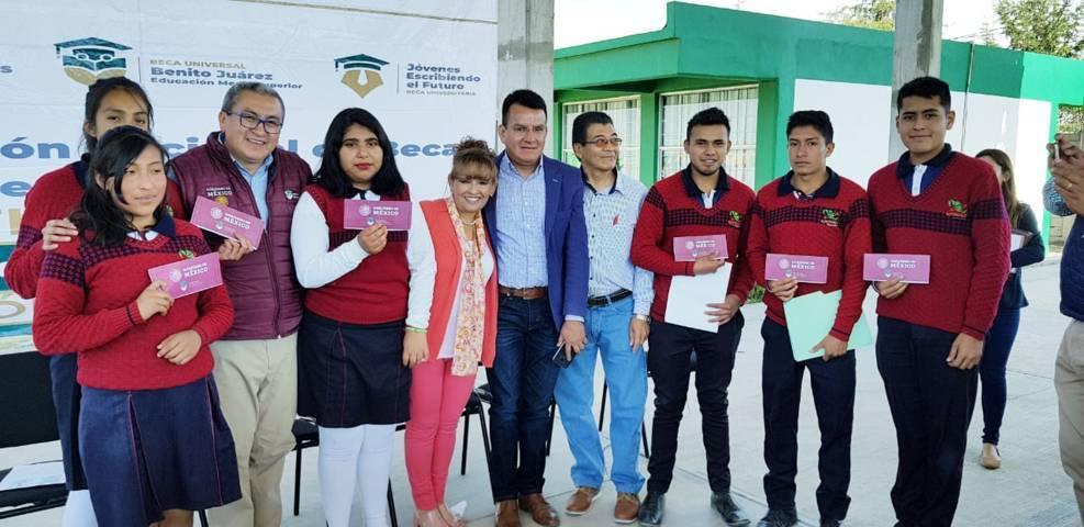 Entregan Becas Benito Juárez a jóvenes de preparatoria