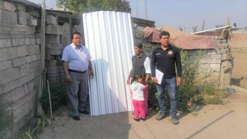 Alcalde entrega láminas a familias vulnerables para que mejoren su vivienda