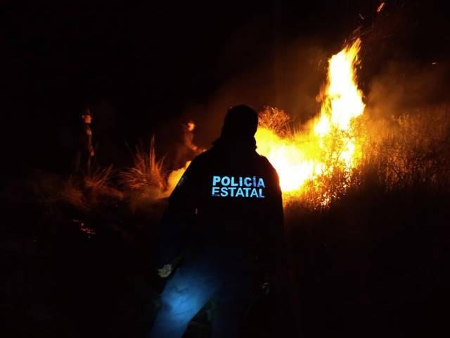 Policia Estatal combate incendio en las faldas de La Malinche