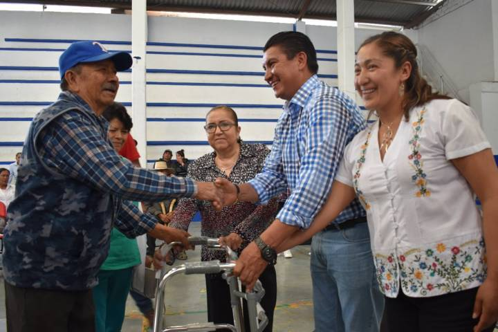 Ayuntamiento y SMDIF entregan aparatos funcionales a personas con discapacidad