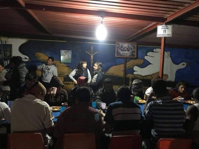 Suministran ropa y alimentos a migrantes del albergue la Sagrada Familia