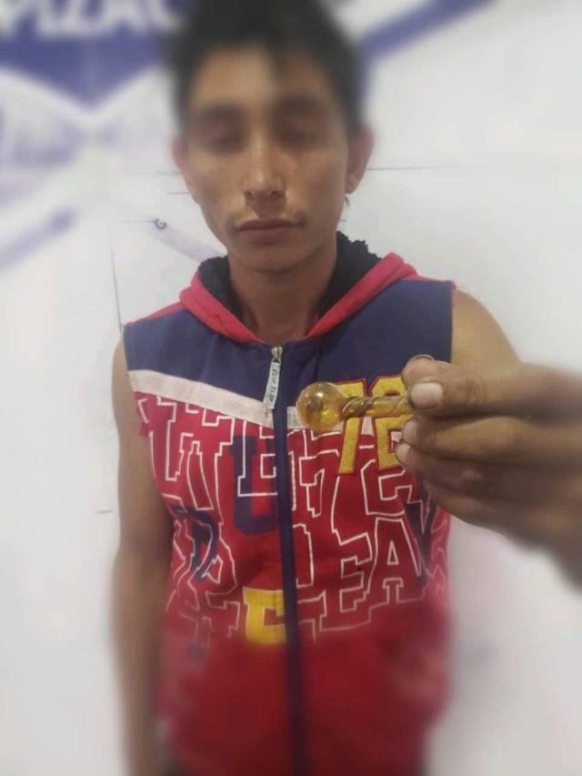 Detienen oficiales de Apizaco a sujeto por inhalar sustancias ilícitas en el parque