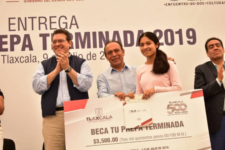"""Gobernador del Estado en Zacatelco entregó """"Beca Tu Prepa Terminada"""""""