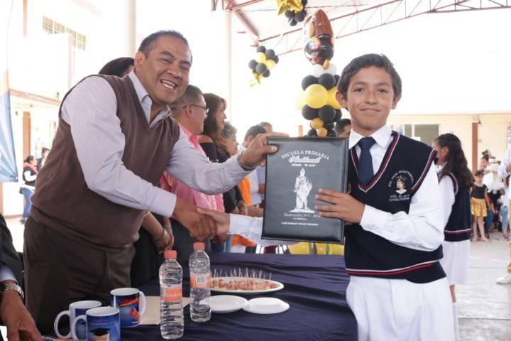 Domínguez Rugerio apadrina a egresados de dos primarias
