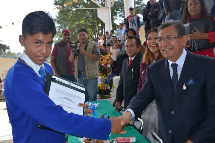 Serafín Ortiz apadrina a alumnos que concluyeron su telesecundaria