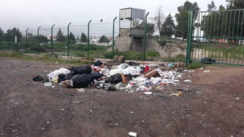 Insisten ciudadanos en dejar basura en las calles de Apizaco