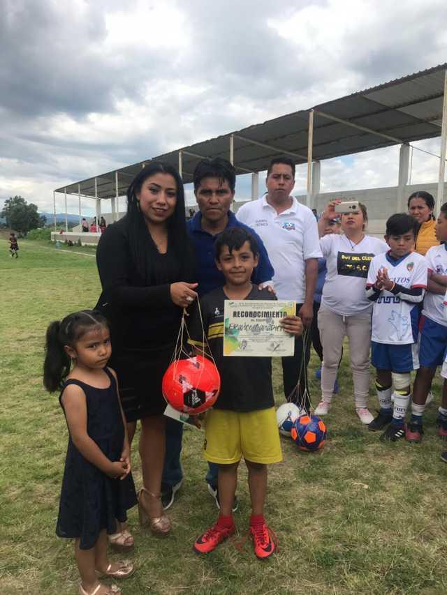 Alcalde impulsa el deporte en niños con escuela de futbol Los Gatos