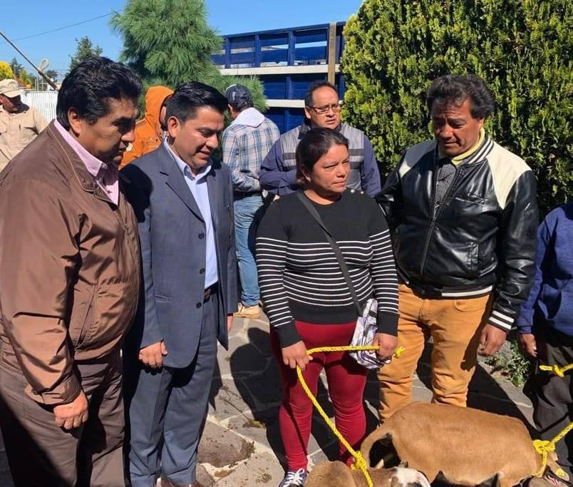 Asiste Garrido a entrega de apoyos para fortalecimiento al campo en Cuaxomulco