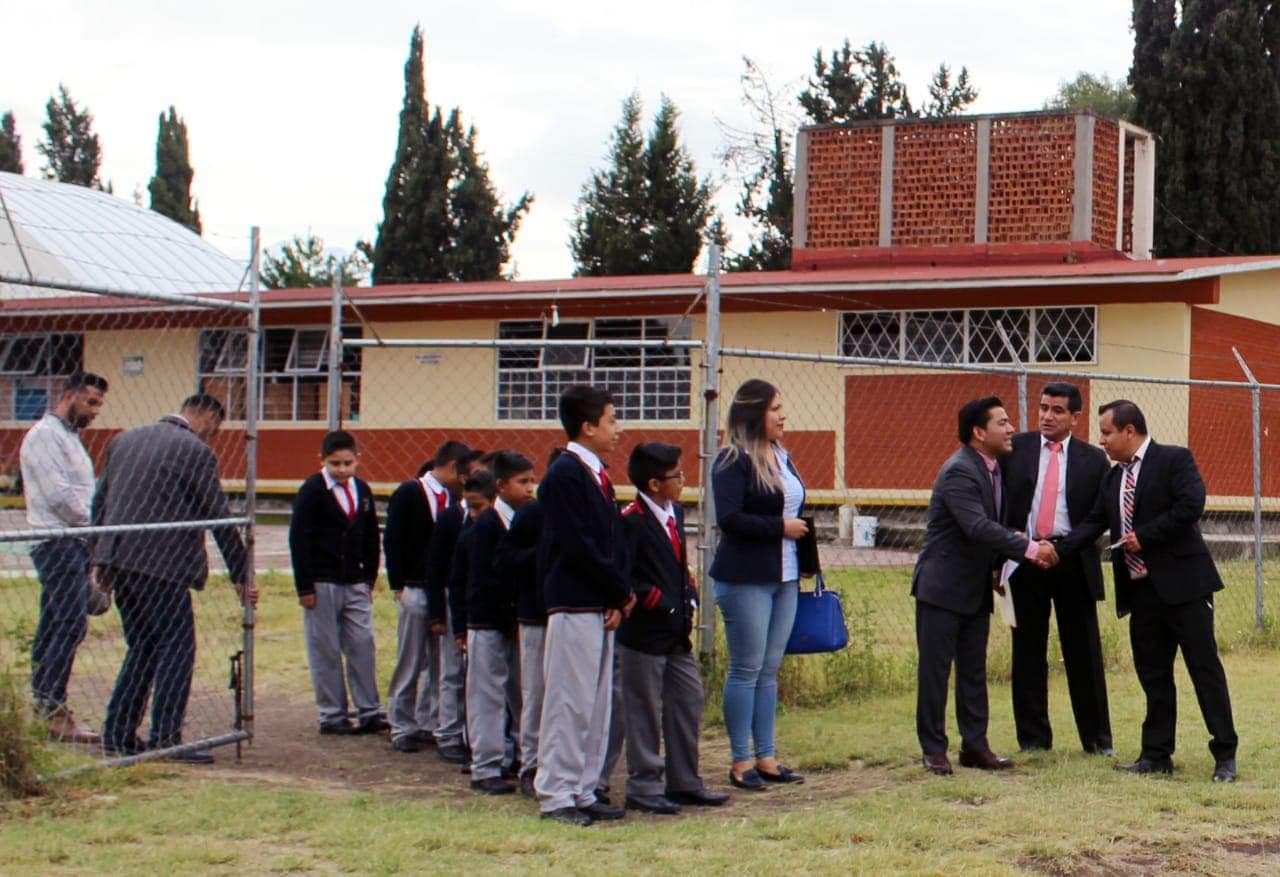 Apoyara Garrido a gestionar recursos para la construcción de cancha de futbol