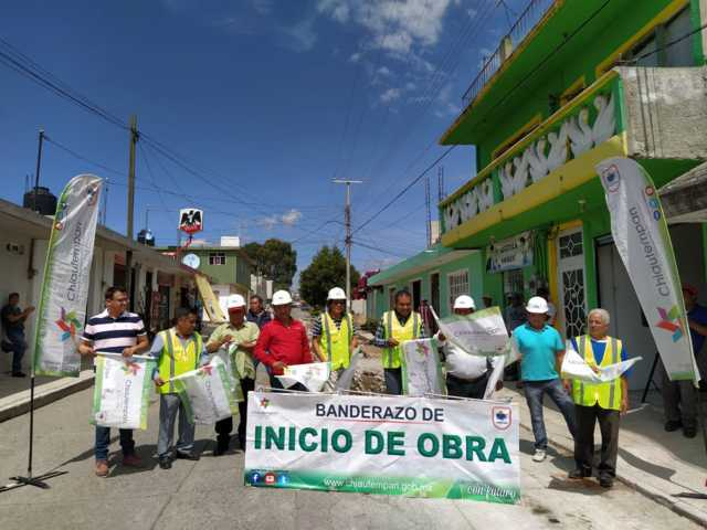 Alcalde pone en marcha obra de servicio básico en la colonia el Alto
